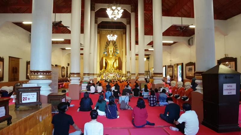 Вечерняя служба в буддийском храме Chiang Mai Thailand