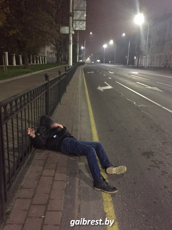 Фотофакт: брестчанин убрал с проезжей части пьяного пешехода