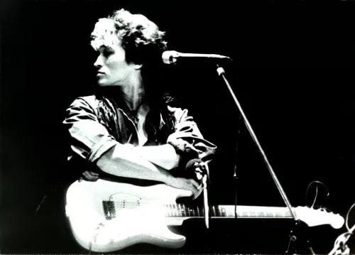 И все забыли, что 15 августа 1990 случилась трагедия - в автокатастрофе погиб музыкант, автор пeсен, худoжник и последний герой эпохи.