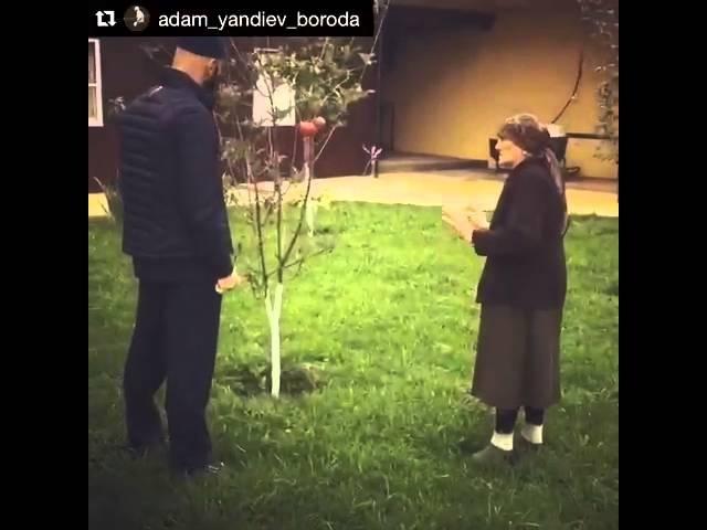 Адам Яндиев со своей бабушкой в Ингушетии