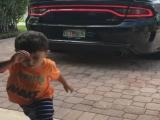 Пацан испугался звук выхлопа Dodge Charger