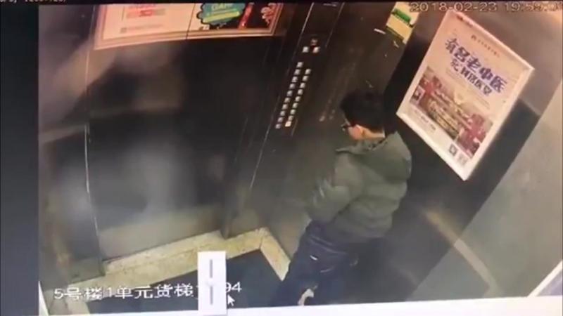 Малолетний китайский писун в лифте
