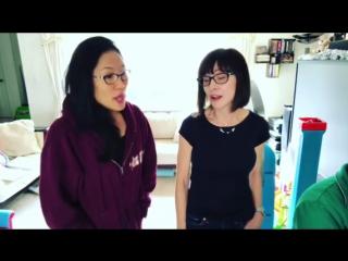 Сюзан Иган (Роза) и Диди Магно Холл (Жемчуг) поют вместе.