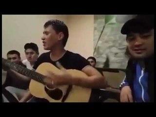 Уйгур классно поет на казахском и уйгурском языках! Зацепит любого!