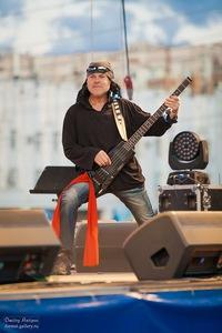 бас-гитарист газманова фото