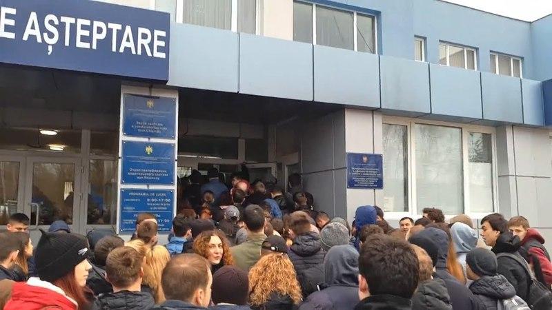 Îmbulzeală în față la Registru: Zeci de oameni stau în rând pentru a se înscrie pentru examenul auto