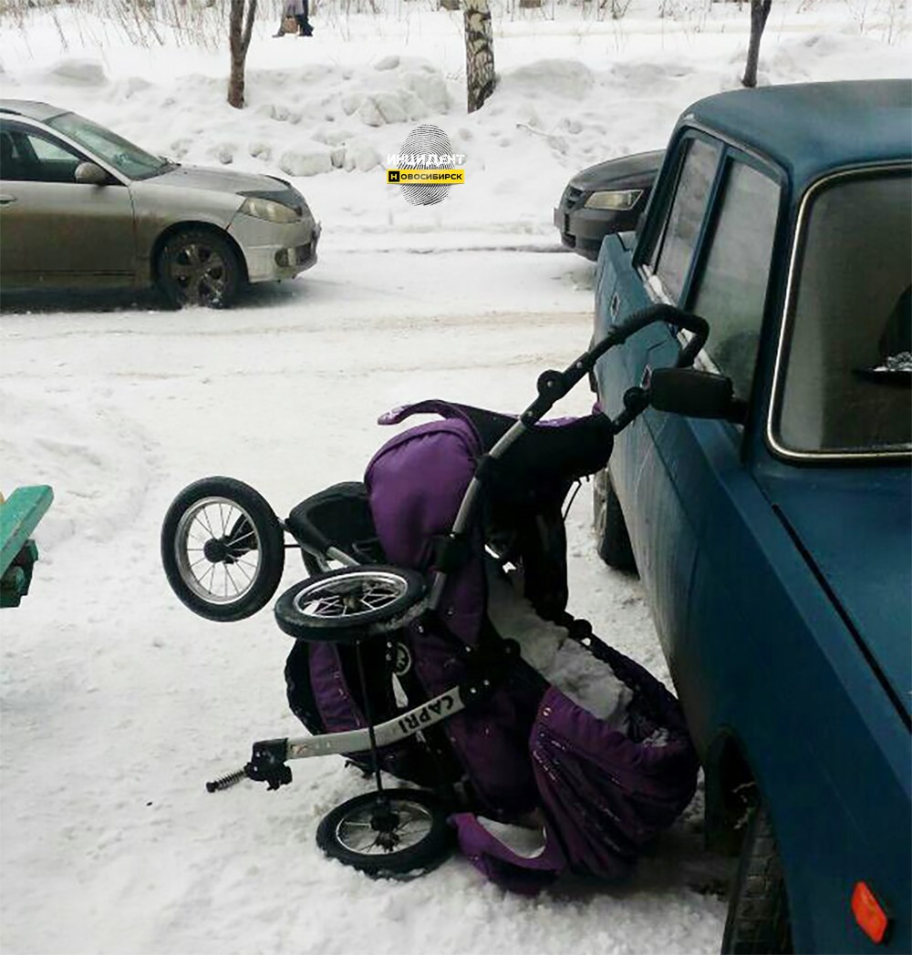 В Новосибирске с крыши на детскую коляску упал ком снега и сломал её