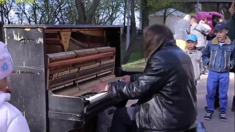 Уличный пианист играет как виртуоз