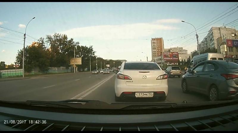 Водитель BMW X6 решил объехать пробку на улице Кошурникова по встречной полосе