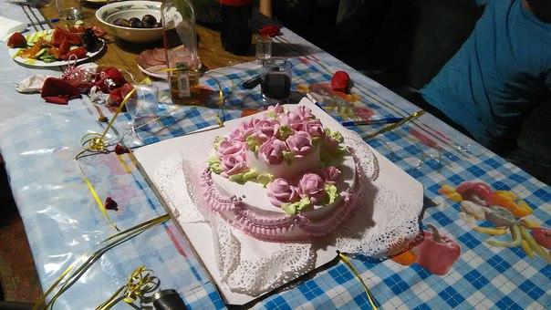 Заказали красивый бисквитно-масленный торт с очень вкусными кремовыми розочками. Он всем очень понравился.  Вообще торт молодожёнов — одна из обязательных вещей, которые стоит попробовать каждому хотя бы раз жизни.  Нам повезло несколько больше, из-за малого количества народу, каждый получил внушительный кусок к чаю.