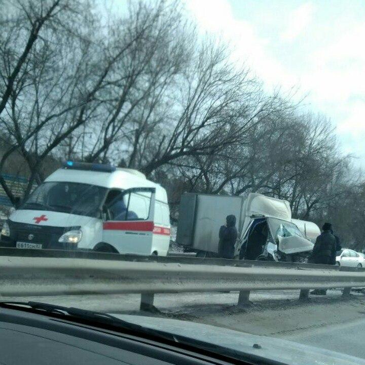 В Новосибирске пассажиров зажало в ГАЗели после ДТП на Бердском шоссе