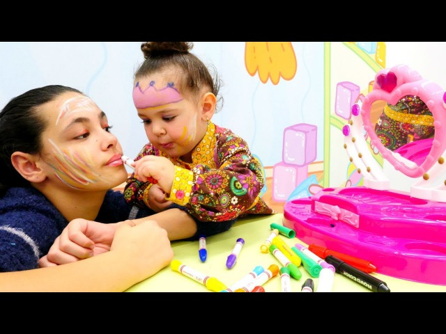 Abla kardeş oyunu yüz boyama eğlencesi. Çizgi film prenses yüzü boyıyoruz