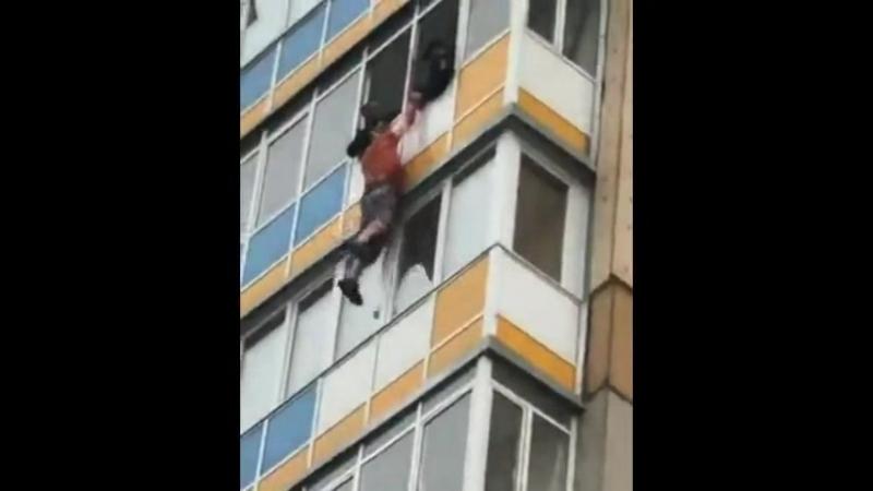 Мужчина упал с 10 этажа жилого дома
