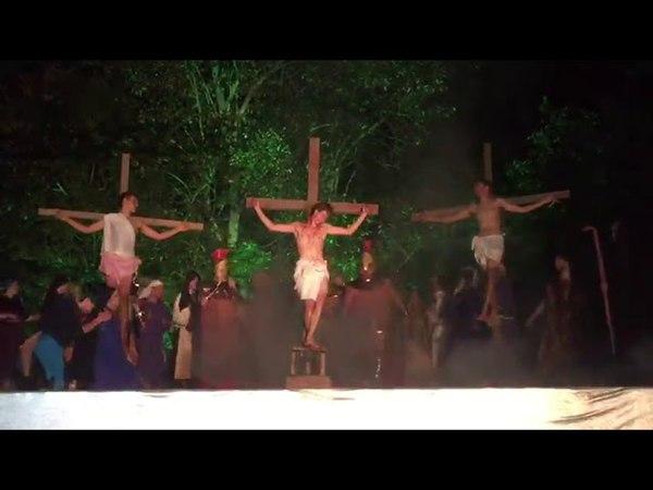 Homem invade palco, agride ator e tenta salvar Jesus em cena de crucificação