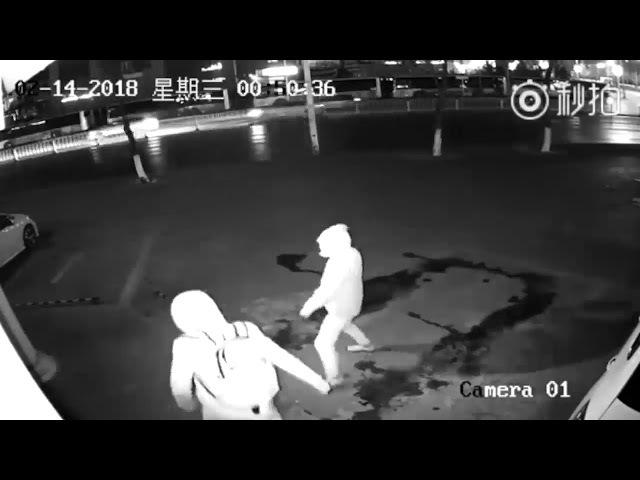 Премия Дарвина - Грабитель из Китая случайно зарядил кирпичём своему напарнику
