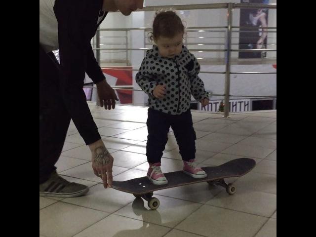 Дочка в год и два месяца научилась ездить на скейтборде