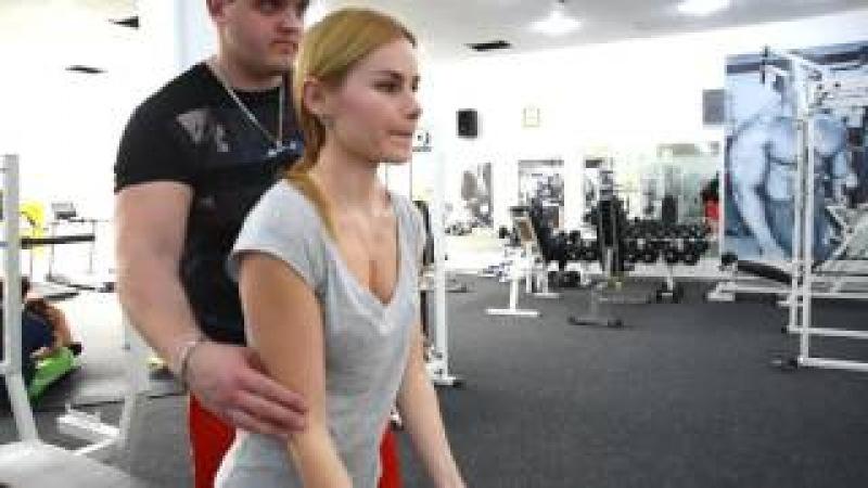 Катя Степанова - сгибание рук с гантелями стоя Тренировка бицепсов для девушки.