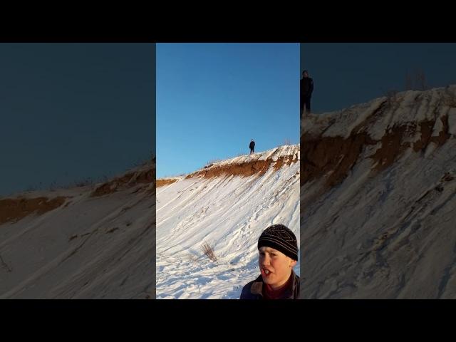 Вова упал на песках.