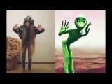 Кто круче танцует? Зеленый человечек или девочка?