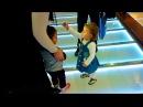 Yolda Gördüğü Kızın Tokasını Almaya Çalışan Küçük Kız