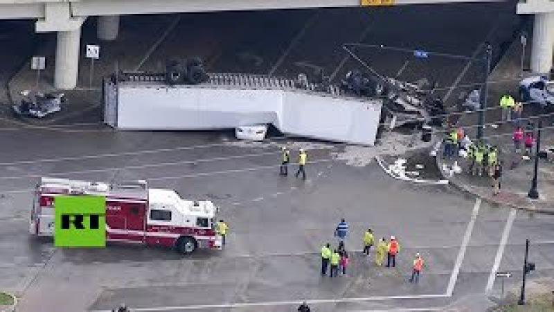 Un camión articulado cae desde una autopista sobre un coche e hiere a su conductor