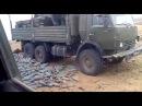 военные аккуратно разгружают снаряды с машины