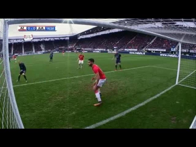Футболисты «Аякса» дважды за несколько секунд били по воротам, которые покинул голкипер. И оба раза попали в защитника!