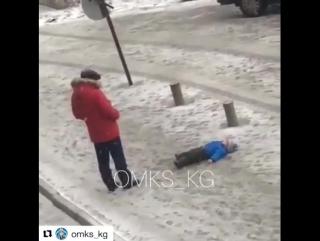 Мужчина пнул лежащего на земле ребенка. Предположительно, это в Бишкеке