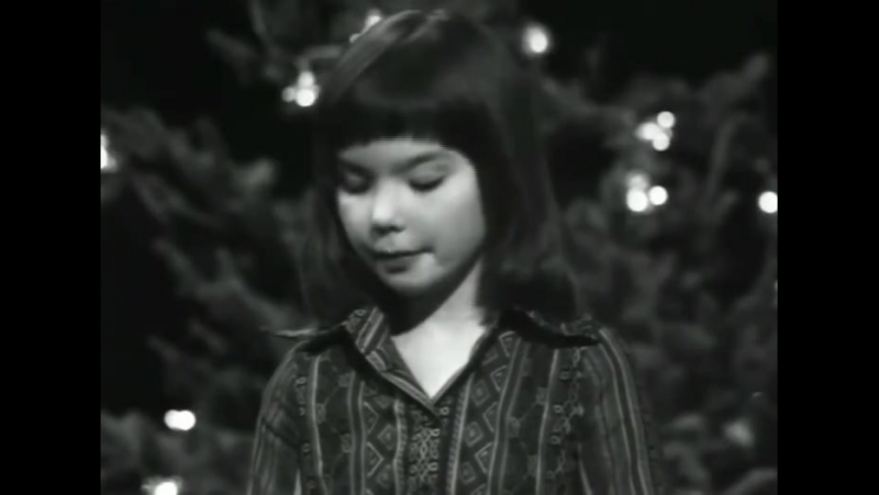 Christmas moments from Björk's early childhood 🎄 😐 ⚪️➡️ 👩📛 ⏪ 👨‍👩‍👧‍👦