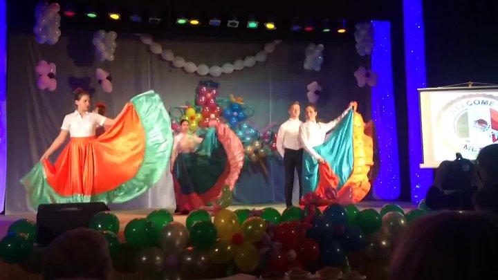 Доча Полина танцует мексиканский танец