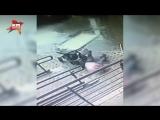Окно рухнуло на маму с ребенком в Долгопрудном