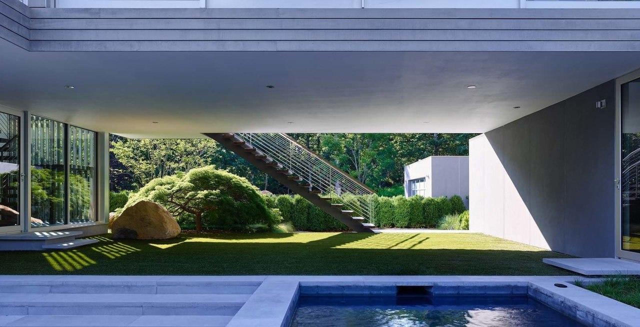 Современный дом с очаровательным видом на лес