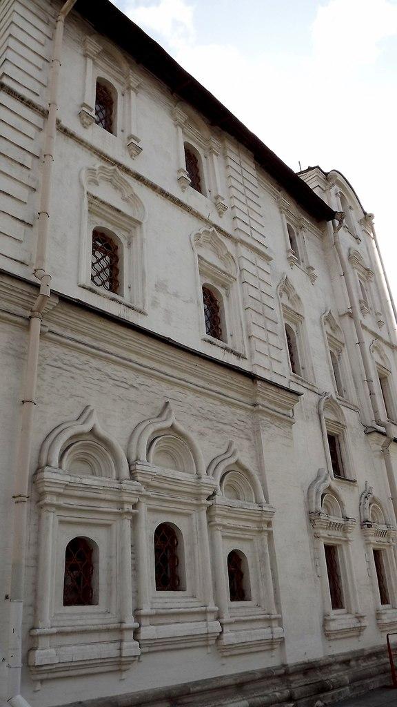 Ассиметричное расположение окон на северном фасаде Патриаршего дворца, 2014. Источник: Никита Андреев