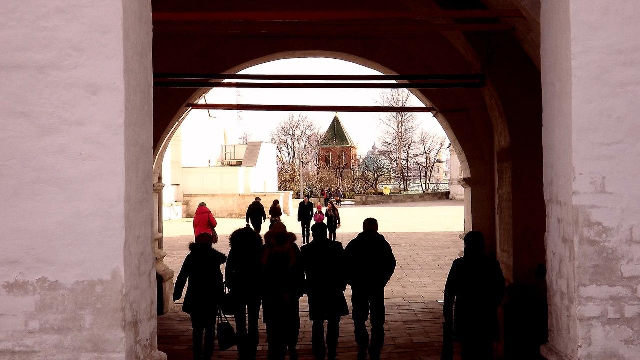 Вид на Соборную площадь через проездную арку Патриаршего дворца, 2014. Источник: Никита Андреев