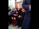 обратите внимание на тётку в шляпе с поросячьими ушками и в кожаных митенках