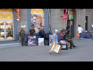Ветераны Афганистана поют свои песни на улицах города.