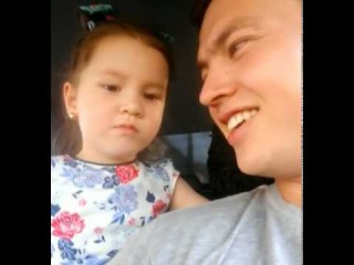 У дочки ЖЕНИХ в ДЕТСКОМ САДУ! He loves me! Ну он меня любит. Маленькая девочка объясняет папе поведение жениха