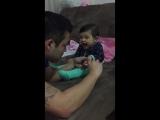 Ребёнок делает вид, что плачет. Маленький хитрюга не дает папе подстричь ногти.