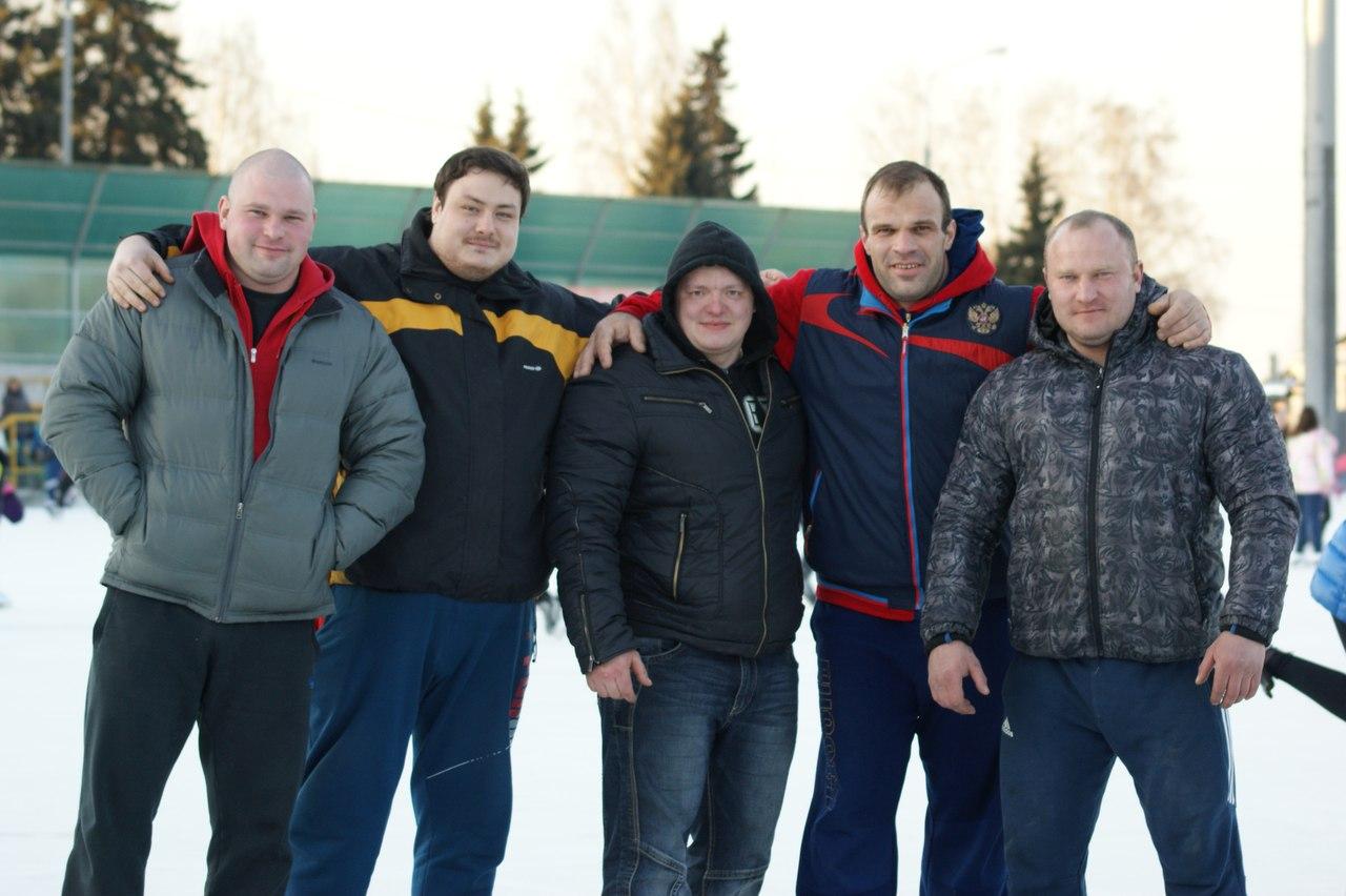 Denis Cyplenkov group photo with friends on ice │ Photo Source: Denis Tsyplenkov