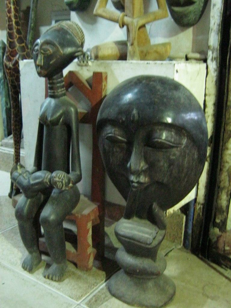 Деревянные маски из Африки в Асуане
