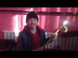 Слепой парень казах играет и поет на домбре уйгурскую песню.