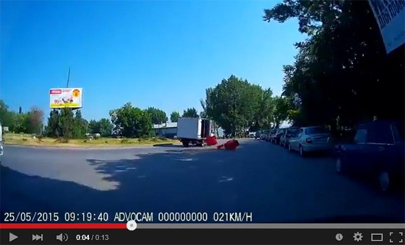 В Таганроге на кольце в порту из едущей «ГАЗели» высыпались ящики. ВИДЕО