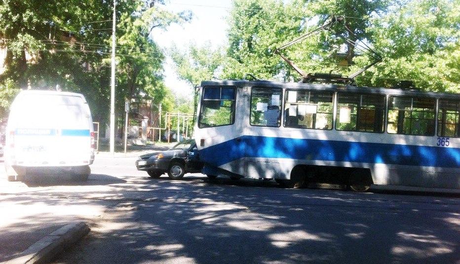 В Таганроге трамвай протаранил «ВАЗ-2114»