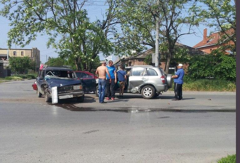 ДТП в Таганроге: На улице Чехова столкнулись «ВАЗ-2104» и Chery Tiggo
