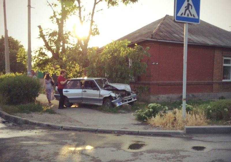 Около часа назад в Таганроге на 2-ой Советской «ВАЗ» столкнулся с «КАМАЗом»