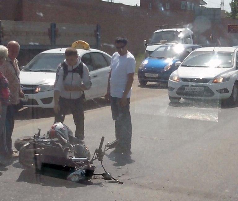 Несколько минут назад в Таганроге мотоциклист столкнулся с «ВАЗом»