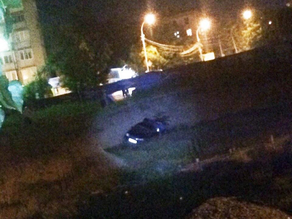В центре Таганрога автомобиль на полной скорости, пробив забор, вылетел в котлован