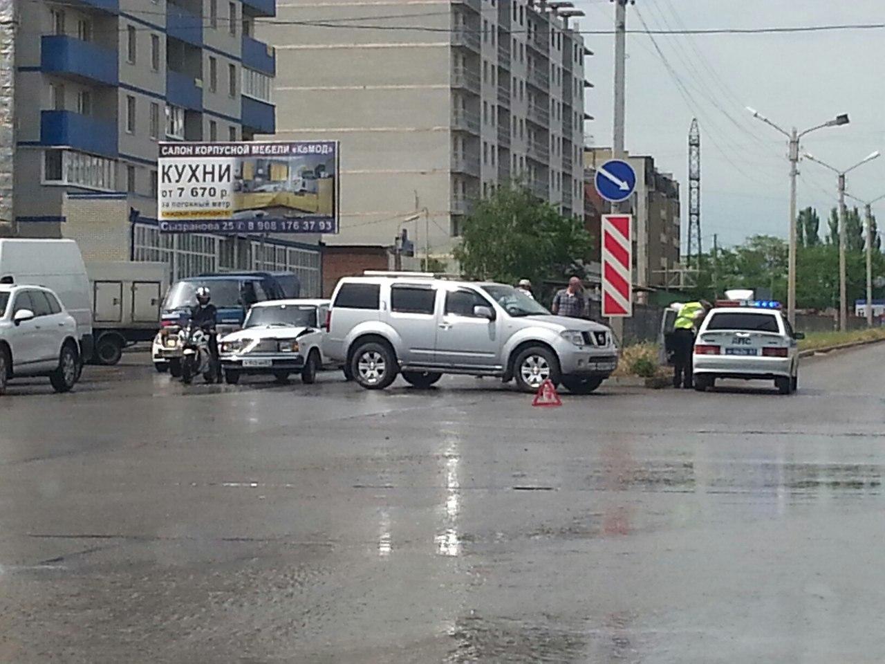 ДТП в Таганроге: около семейного «Магнита» «ВАЗ» протаранил Nissan Pathfinder