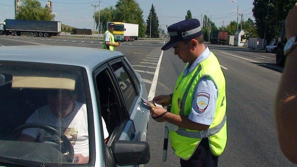 На трассе «Ростов-Таганрог» инспекторы ДПС задержали четверых преступников