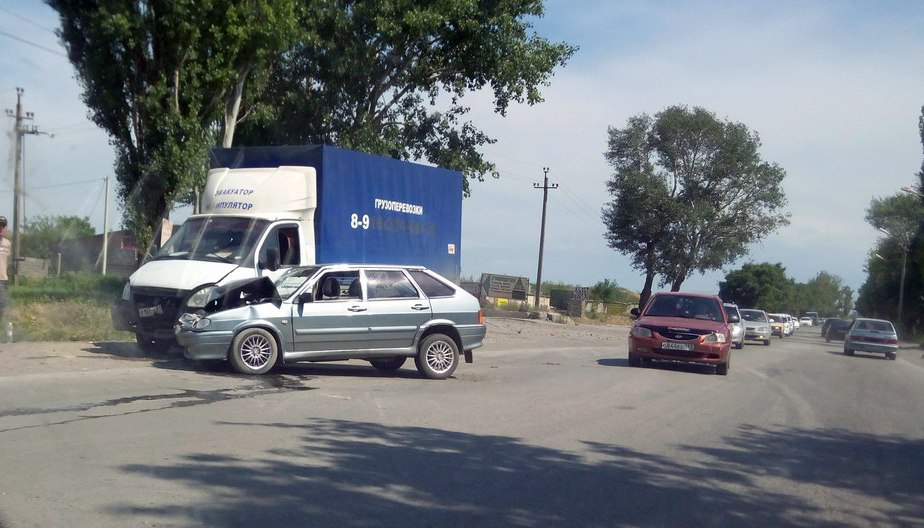 ДТП в Таганроге: На Николаевском шоссе столкнулись «ВАЗ-2114» и грузовая «ГАЗель»